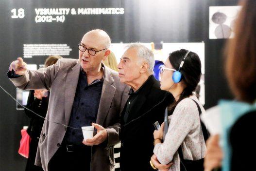 Besucher bei Contemporary Code Ausstellung in Hongkong