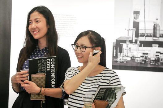 Zwei Besucherinnen bei Contemporary Code in Hongkong
