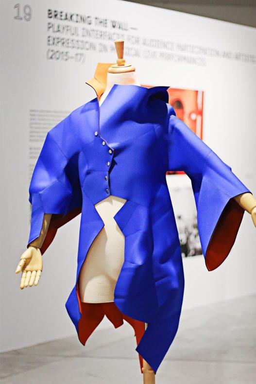 Werk mit blauem Mantel bei Contemporary Code in Hongkong