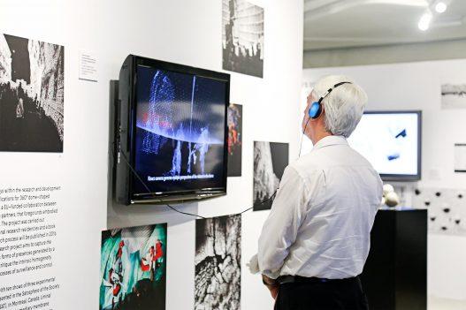 Besucher mit Kopfhörer Contemporary Code Hongkong