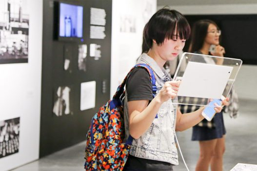 Besucherin bei Contemporary Code Hongkong