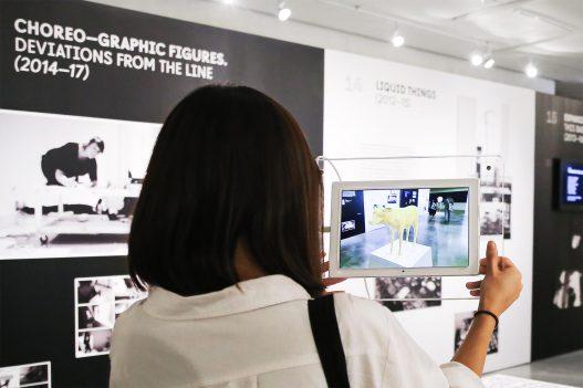 Besucherin mit Tablet bei Contemporary Code Hongkong