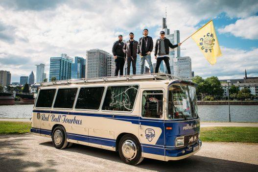 Crispy Crust Team auf Red Bull Tourbus