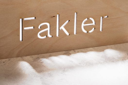 Fakler Architektur Schriftzug auf Holz