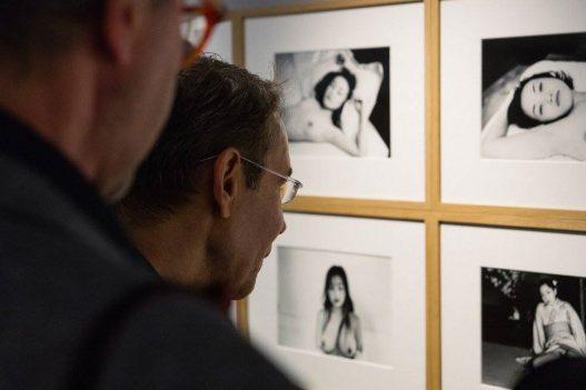 Leica Galerie Wien Besucher beim Betrachten der Ausstellung