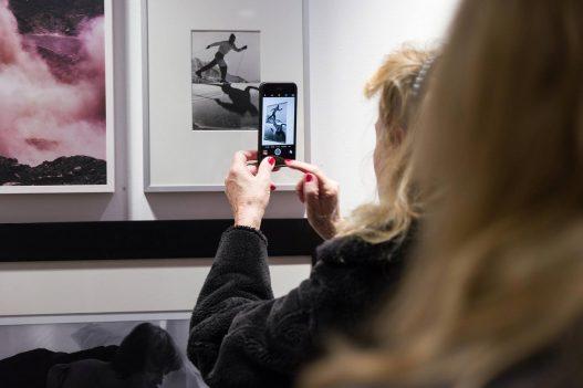 Frau macht Foto mit Smartphone bei Leica Ausstellung in Wien