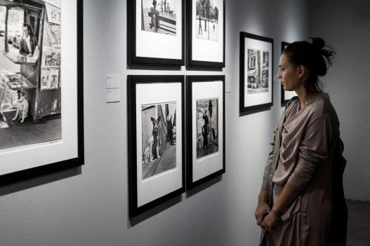 Leica Galerie Wien Besucherin beim Betrachten der Werke