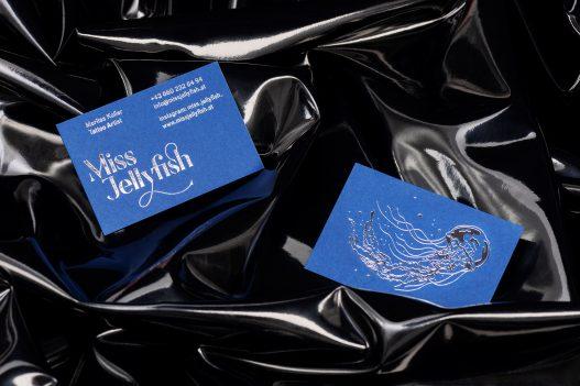 zwei Miss Jellyfish Visitenkarten auf schwarzem Hintergrund