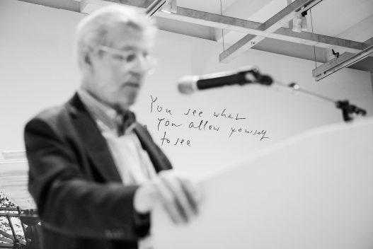 Speaker am Pult bei WestLicht Foto Ausstellung