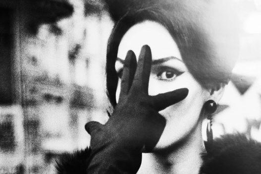 Portrait einer Frau mit schwarzem Handschuh