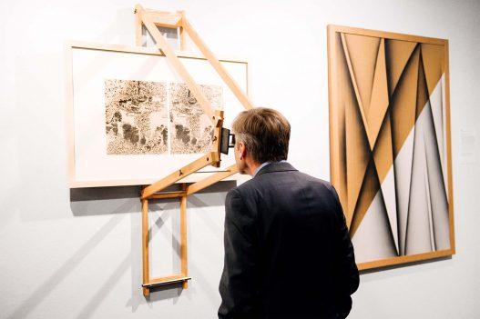 Besucher beim Betrachten eines Werks im WestLicht
