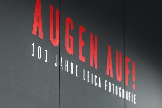 WestLicht Augen auf! Ausstellung zu 100 Jahren Leica, Logo im Eingangsbereich