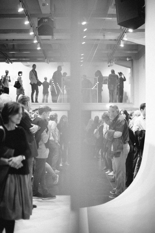 Zahlreiche Ausstellungsbesucher im WestLicht