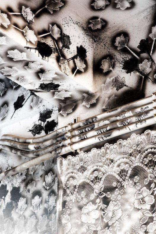 Schwarz Weiß Bild mit Blumenmuster