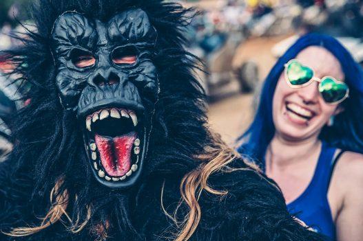 Gorilla und lachende Frau mit Sonnenbrille