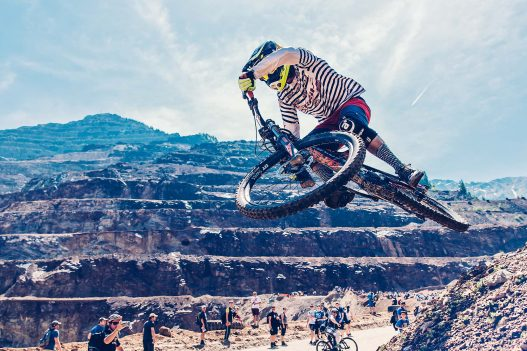 Biker beim Sprung mit Rad