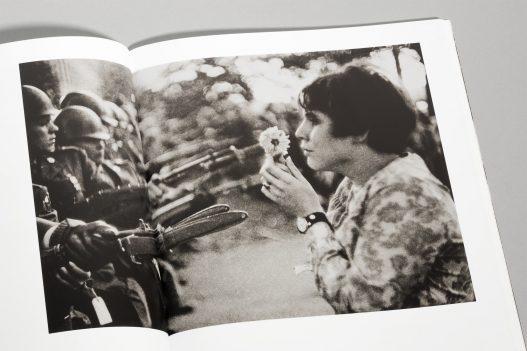 WestLicht Auktion Katalog Bild von Friedensaktivistin