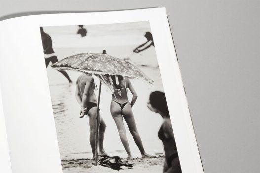 WestLicht Auktion Katalog Bild von Paar am Strand mit Sonnenschirm