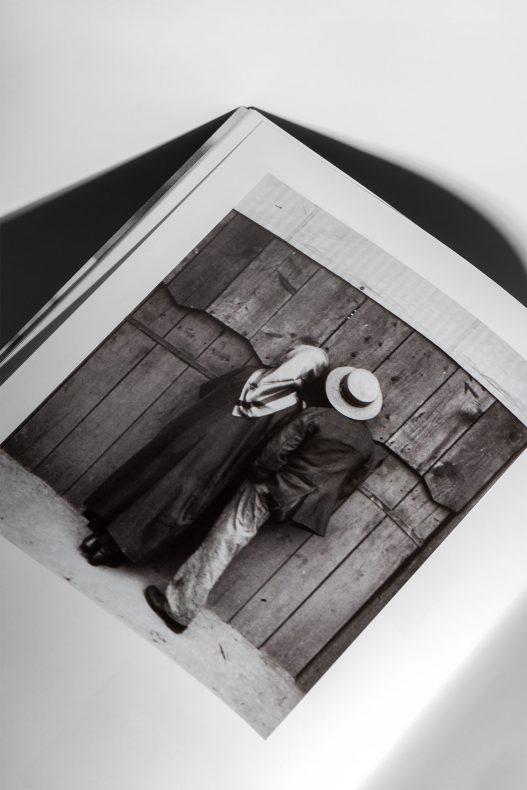 WestLicht Auktion Bild von Mann mit Hut und Frau mit Kopftuch