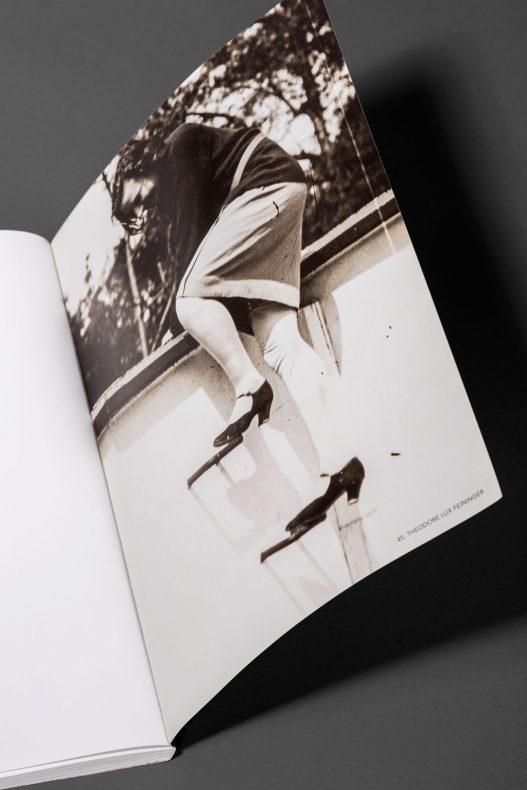 Fotografie einer Frau die über Mauer steigt