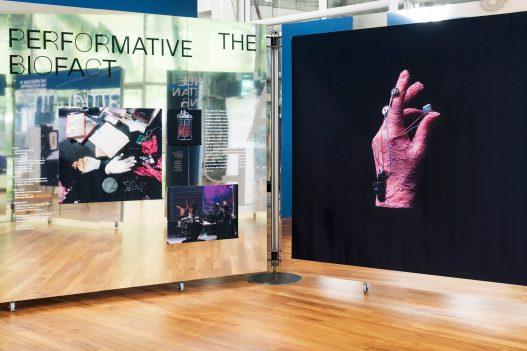 UAR Singapur Aufsteller mit Bild einer Hand