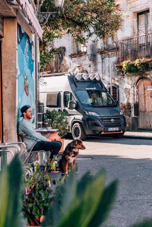 Sunlight Fahrer mit Van bei Pause