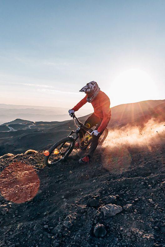 Mountainbiker mit Helm am Berg