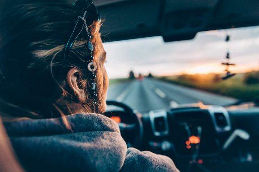 Fahrerin in Sunlight Van mit Blick auf die Straße