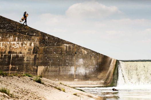 Wakeboarder auf dem Weg ins Meer
