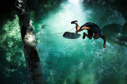 Wakeboarder im grünen Wasser