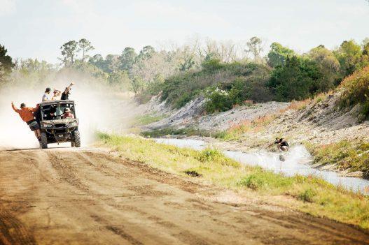 Jeep fährt durch Landschaft
