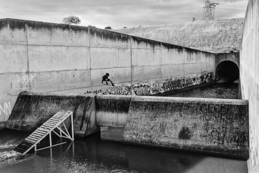 Wakeboarder springt über Wasserdamm